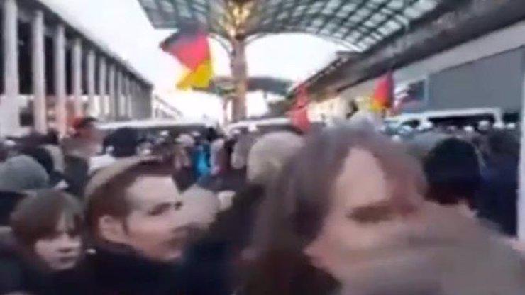 VIDEO: Drsné obvinění německé policie! S nadrženou zvěří nic nesvedli, na demonstrující Němce pustili ledovou vodu