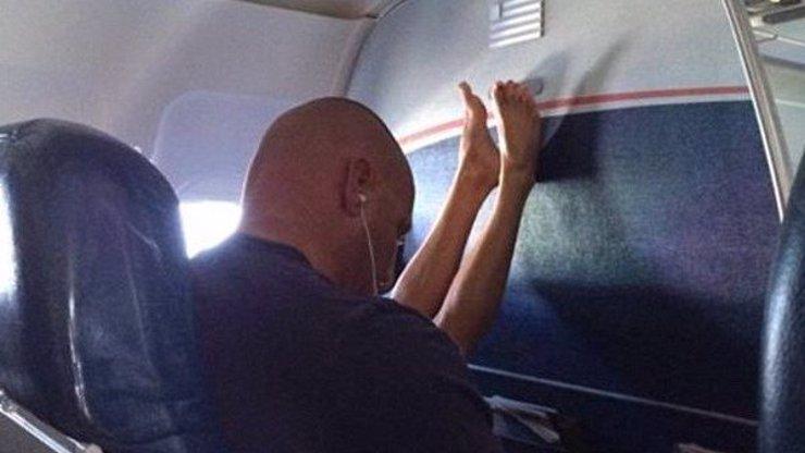 Největší burani z letadla: 11 fotek otravných cestujících, se kterými byste rozhodně letět nechtěli
