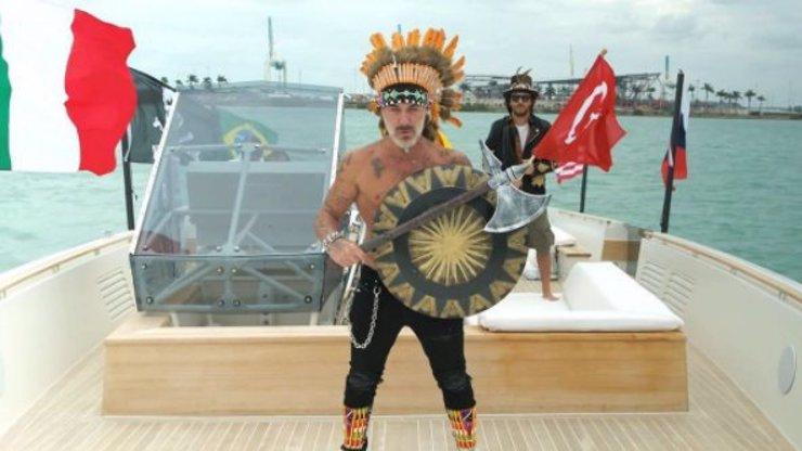 VIDEO: ŠAŠEK POTŘEBUJE PENÍZE! Milionář Gianluca Vacchi předvedl tanec jako indián Machika!