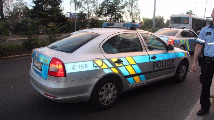 Tragická nehoda v Opavě: Žena chtěla objet kolonu, smetla dvě děti, policie žádá o pomoc