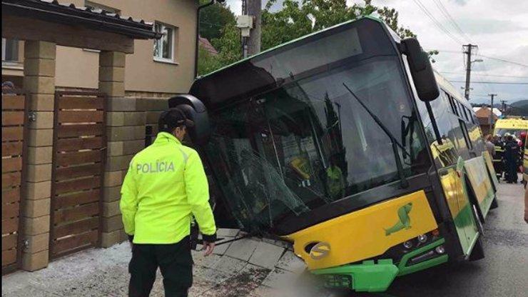 Vážná dopravní nehoda: Autobus plný dětí sjel z cesty, na místo letěl vrtulník