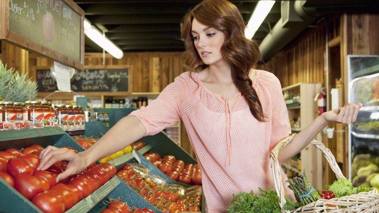 Nechutný čin, který nemá obdoby: Žena úmyslně kašlala na jídlo v obchodě v hodnotě stovek tisíc