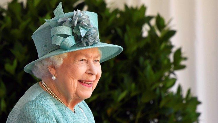 Královna Alžběta II. oslavila narozeniny bez rodiny. Nedodržely se ani tradice