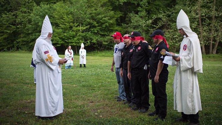 Podívejte se, jak opravdu žijí členové Ku Klux Klanu v Americe: Obyčejné životy i tajemné rituály odhaleny!