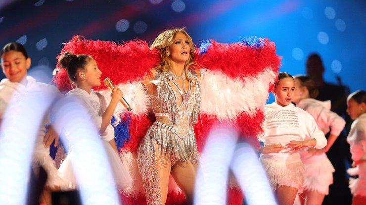 Velké finále Super Bowl: Jennifer Lopez (50) tančila u tyče a zpívala s dcerou Emme