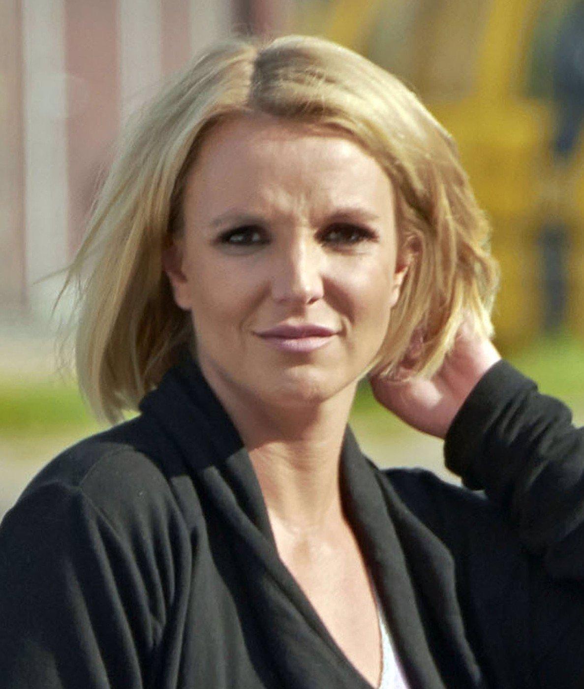 Britney Spears zhubla, ale co jí to s obličejem udělal Photoshop? Nebo to jsou plastiky?