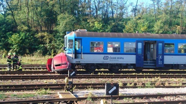 Tragédie na Plzeňsku: Vlak rozdrtil auto, rozlétlo se na všechny strany, nepřežily dvě děti a žena