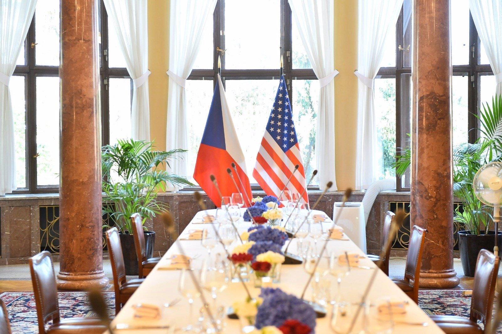 Babišovi přivítali delegaci z USA v Kramářově vile: Mike Pompeo dostal od premiéra honosný dar