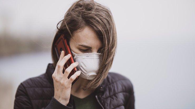 Konec strkání tyčinek do nosu? V Německu chtějí dělat testy na covid přes oči