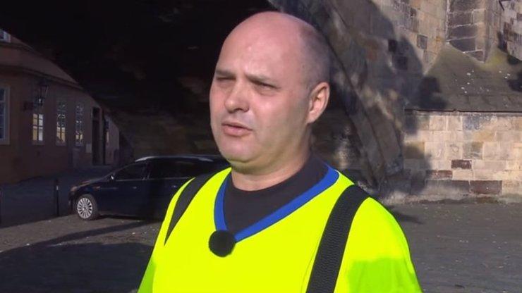 Záhadný muž, který odstranil graffiti z Karlova mostu, odhalen: Proč jsem to udělal?