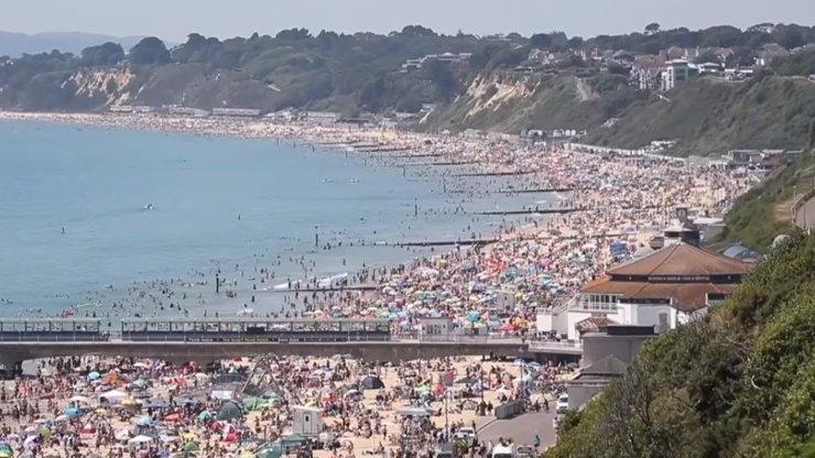 Totální nezodpovědnost: Tisíce Britů vyrazilo na pláž, hlava na hlavě, rozestupy nikdo neřešil