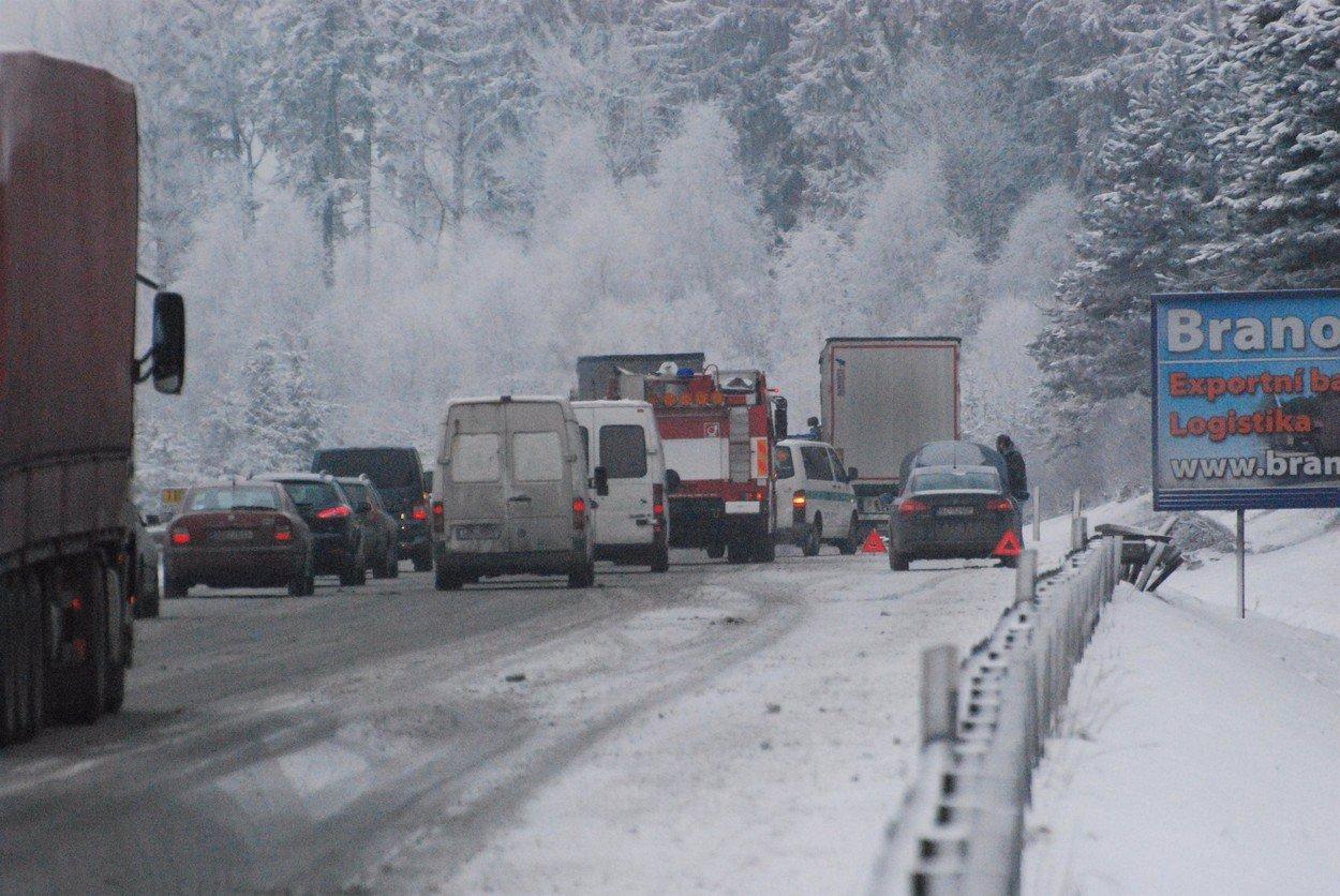 O víkendu raději zůstaňte doma: Na Česko se valí sněhová smršť a mráz!