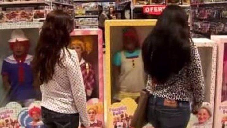 Skrytá kamera: Trpaslíci převlečení za panenky děsí zákazníky hračkářství