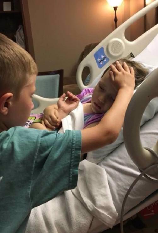 Fotka, která vám zlomí srdce: Bráška utěšuje sestřičku (†4), která záhy podlehne rakovině