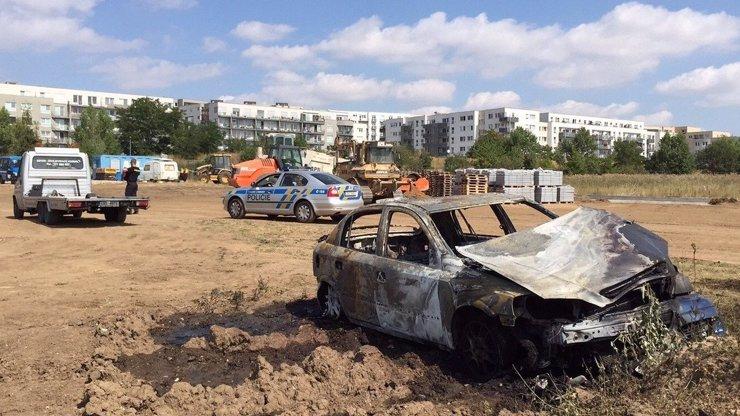 Rapl roku! Pražák spálil auto pro dceru, chtěl tím vytočit manželku. O co tady jde?