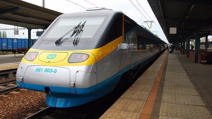V Němčicích nad Hanou se srazila lokomotiva a vlak. Strojvedoucí má otřes mozku