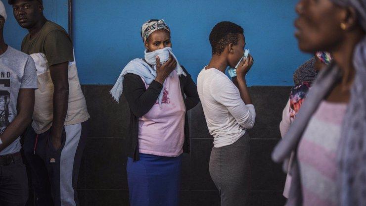 20 nejdojemnějších snímků ze světa: Koronavirus přinesl zmar i láskyplnou solidaritu