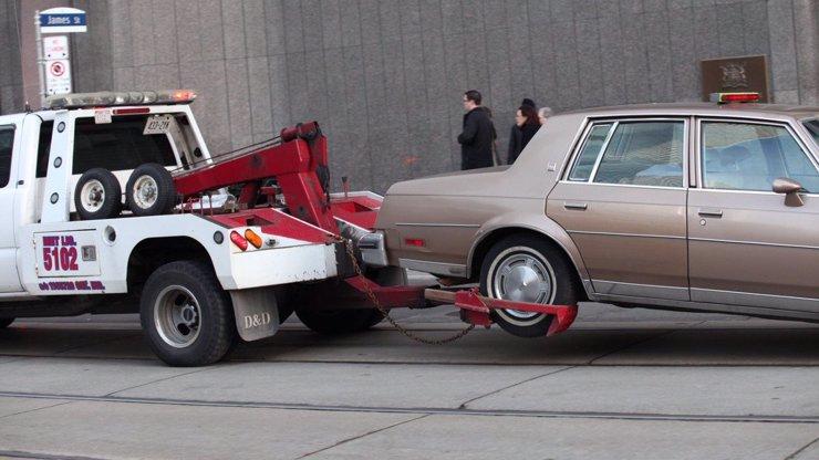 Nečekané potíže na silnicích: Návrh, ať odtahovku řeší policisté, rozzuřil řidiče i kritiky