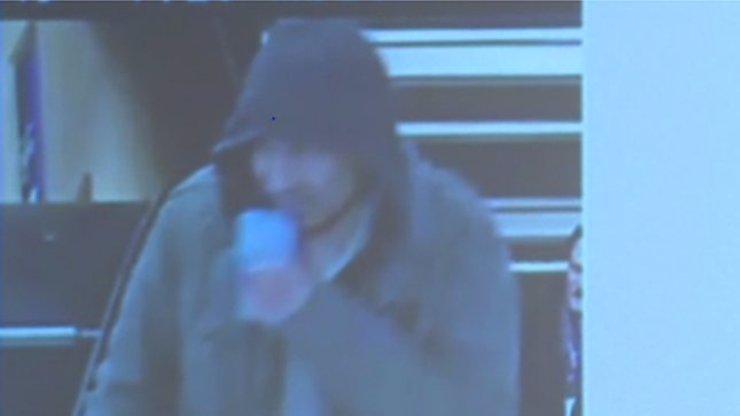 MASAKR VE STOCKHOLMU: Tenhle muž je stále na útěku v centru města! Policie nedoporučuje vycházet!
