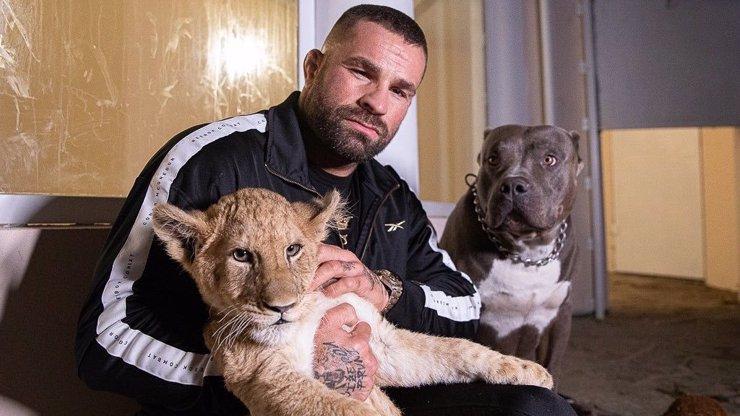 Karlos Vémola nabízí prohlídku jeho domácí Zoo za deset tisíc. Část výdělku jde na dobrou věc. Někteří jeho sledující to ale špatně nesou a na Karlose se snesli s vlnou kritiky.