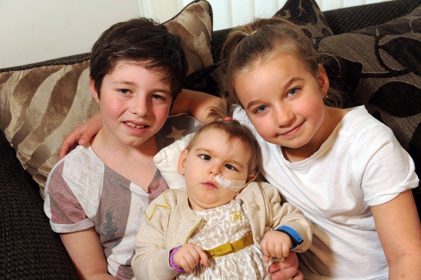 Rodina doufá, že malé dívce s mozkovou obrnou pomůže jedna šílená věc. Nikdy by vás nenapadlo, co to může být!