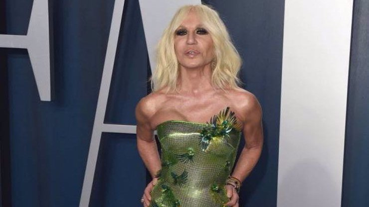 Donatella Versace slaví 65: Stárnutí s grácií jí nic neříká, celá se zhuntovala plastikami