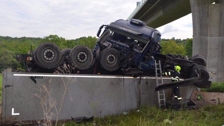 STRAŠLIVÁ NEHODA na Lounsku: Z mostu spadl kamion s TĚHOTNOU ŽENOU