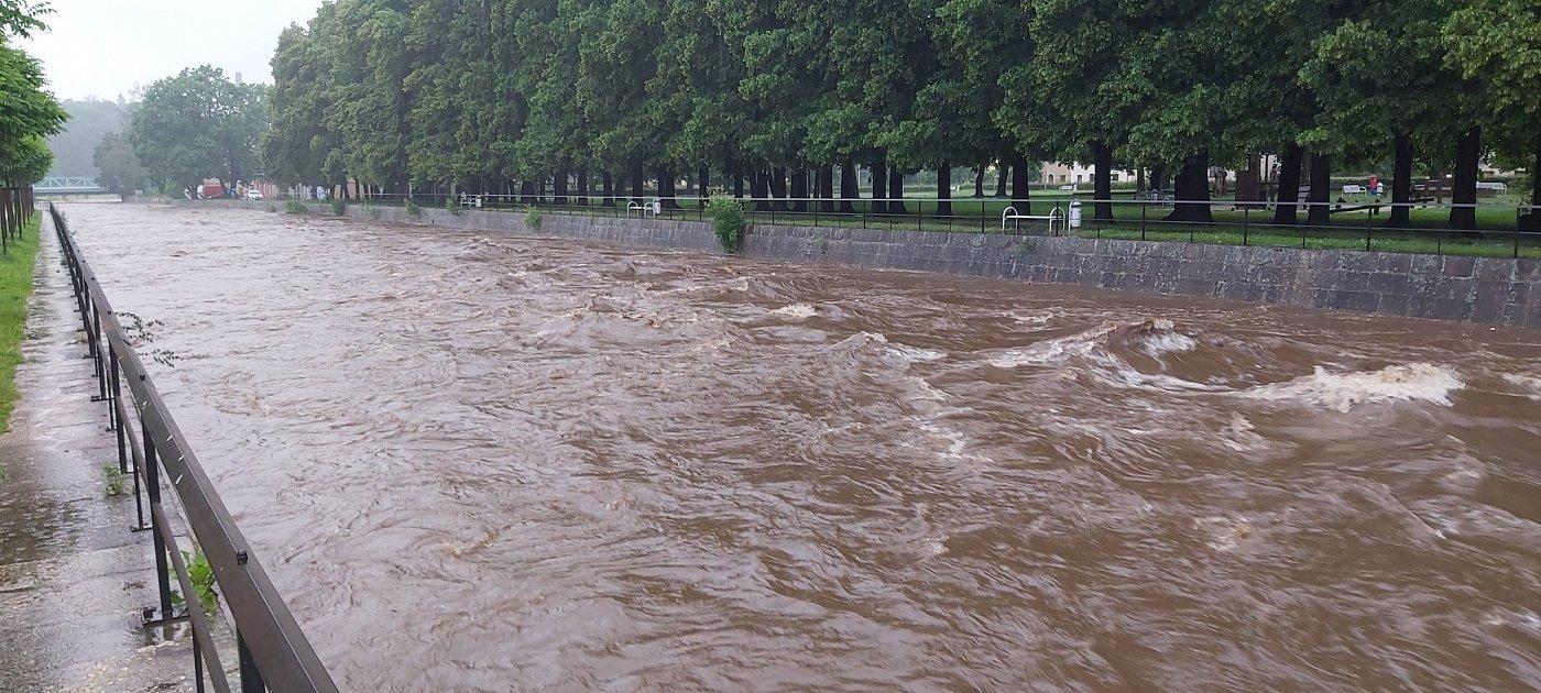 Povodně v Česku mají první oběť: Z Osoblahy záchranáři vytáhli utonulého, po další osobě pátrají