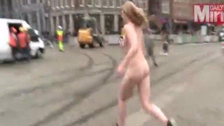 Musíte vidět: Studentka přeběhla úplně nahá rušné náměstí! A to kvůli vysoké škole zdarma