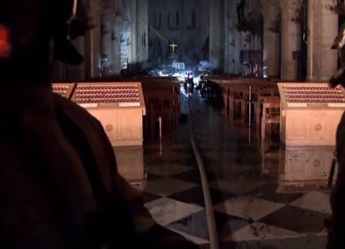 Další katedrála v plamenech? Muž tam napochodoval s kanystry benzínu!