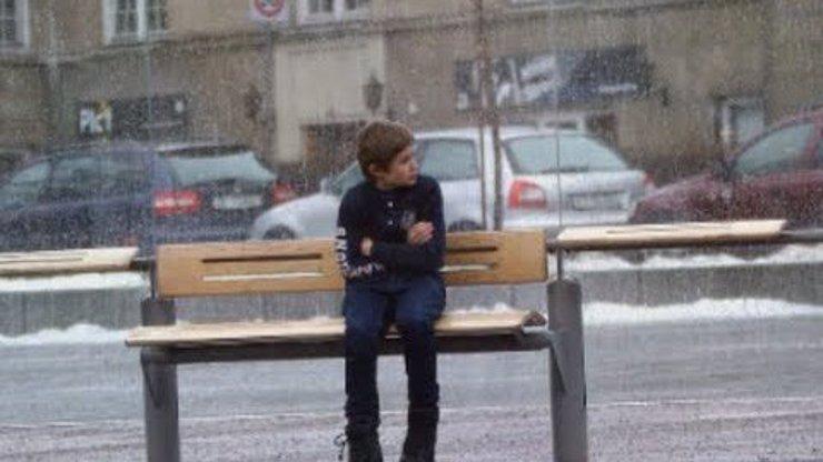 Sundali byste si kabát, abyste zahřáli cizího kluka na zastávce? Podívejte se, co zachytila skrytá kamera v Oslu!