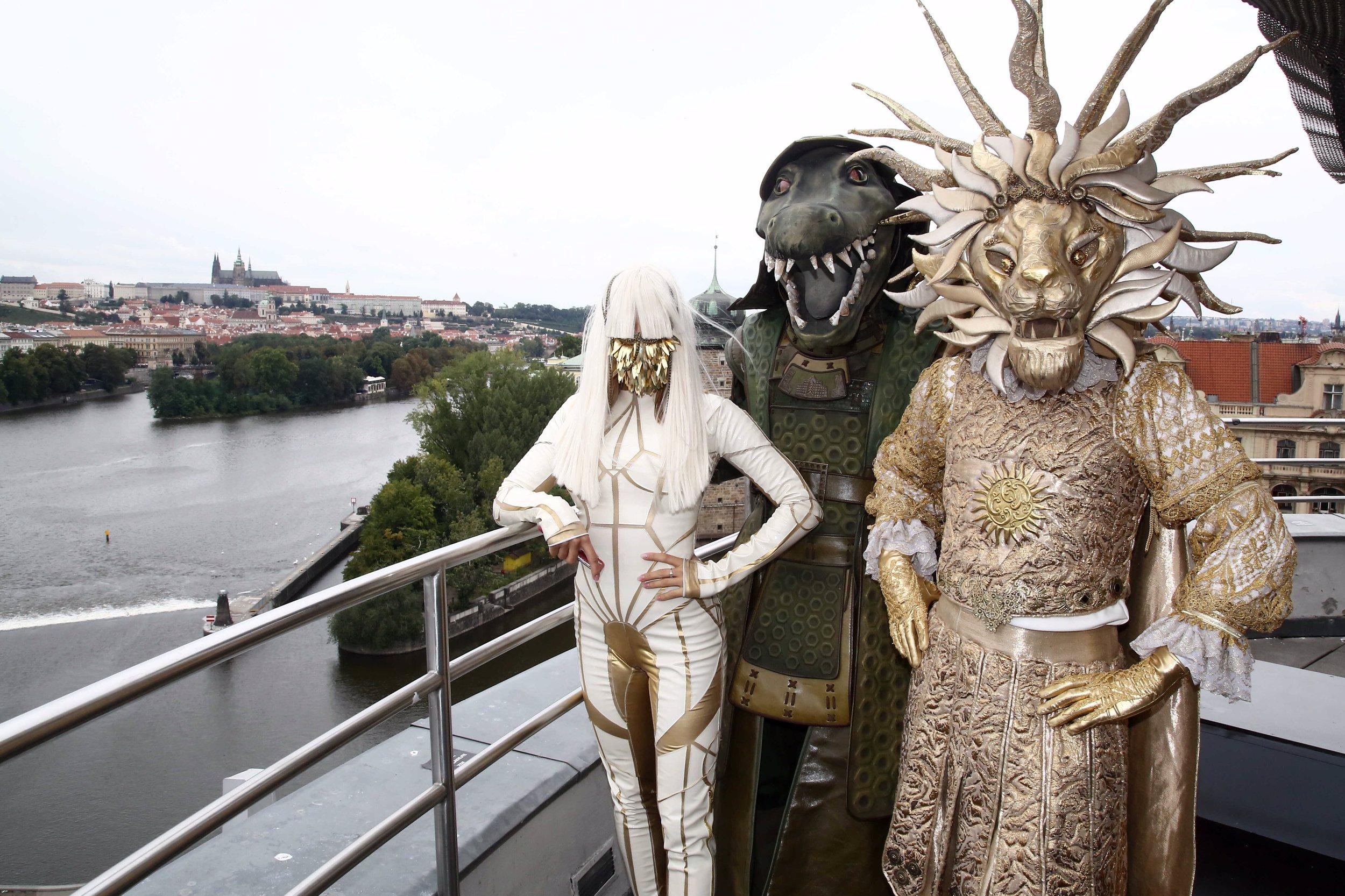 Moderátorka Eva Perkausová v těsném kostýmku Zlaté masky: Obleček neudržel její vnady
