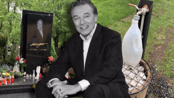 Tristní návštěvnost, průběžný úklid: Takhle vypadá hrob Karla Gotta 7 měsíců po jeho smrti