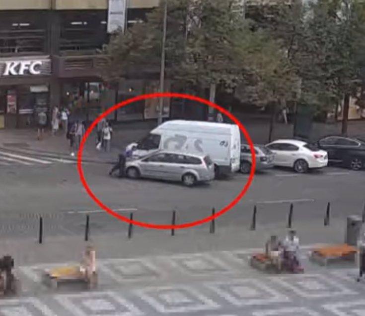 Řidič nabral v centru Prahy strážníka na kapotu, pak s ním ujížděl ulicí