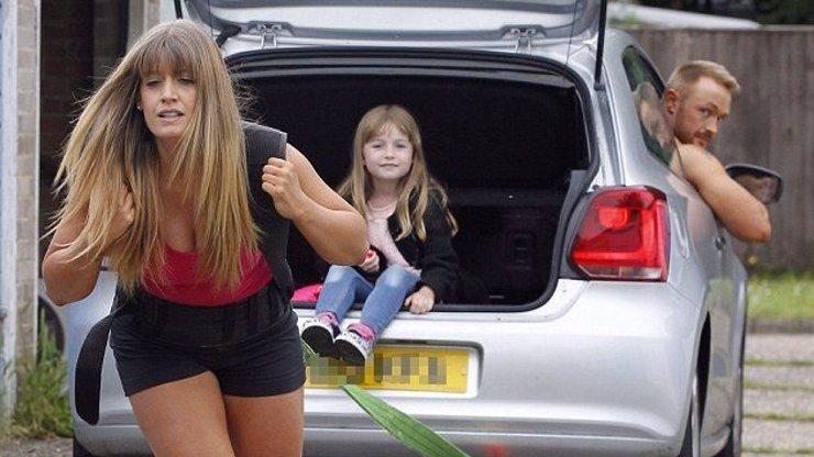 Od ní bychom facku dostat nechtěli: Tato extrémně silná máma utáhne i auto a nejen to!