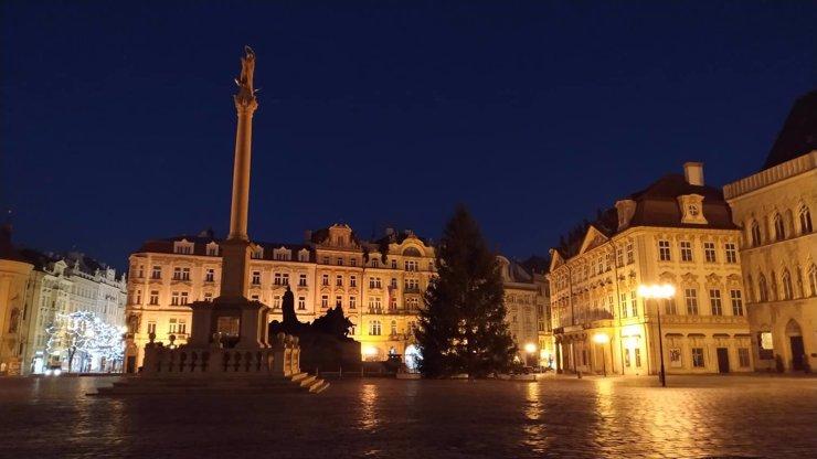 Staromák zdobí strom vysoký 17 metrů: Tradiční rozsvěcení neproběhne, proč?