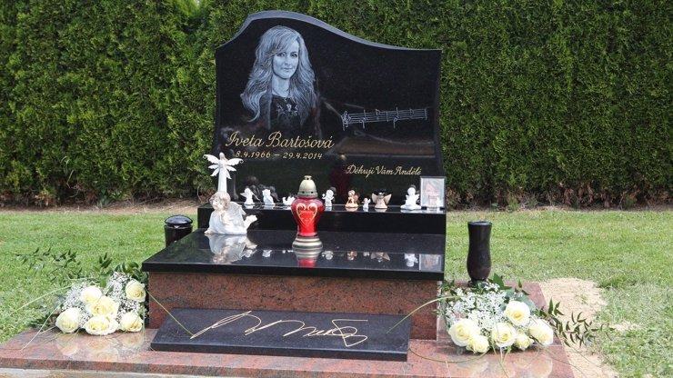 Rychtář konečně pohřbil Ivetu: Takhle vypadá nový a prý definitivní hrob Bartošové!