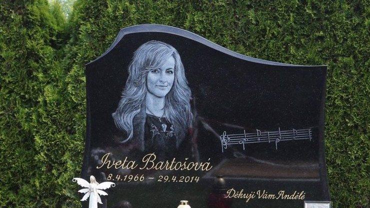 Tajemství nápisu na hrobě Ivety! Proč je její oblíbená písnička napsaná