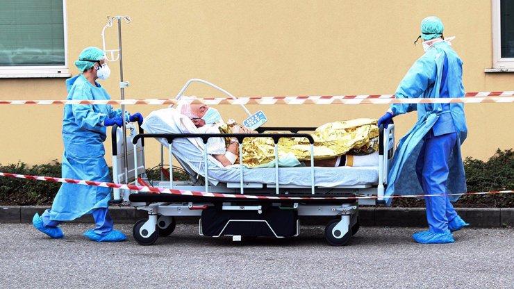 Nevěra se mu vymstila: Muž vzal milenku do Itálie, domů se vrátil s koronavirem
