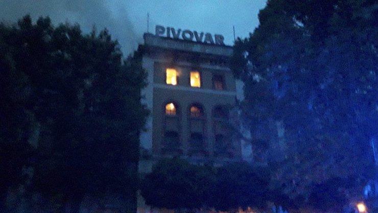 Požár ve vratislavickém pivovaru: Jeden z hasičů propadl při zásahu prohořelým stropem