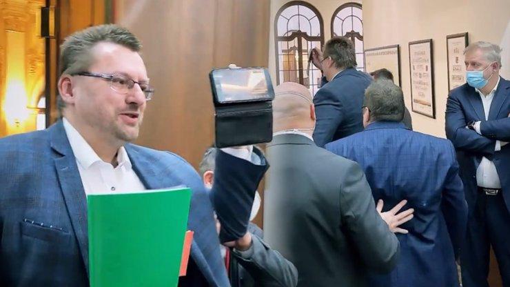 Živo ve Sněmovně: Vondráček nechal vykázat Volného a Bojka. Fuj, křičeli poslanci