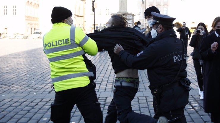 Bugr na Václaváku! Napadení a zranění policisté, zadržení demonstranti