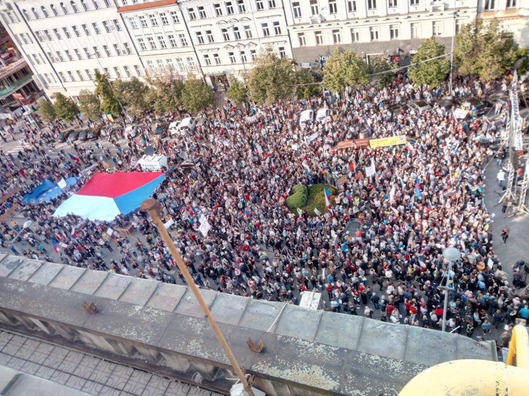 Trhliny v počtu demonstrantů proti Babišovi: 120 tisíc lidí se prý na Václavák nevejde!