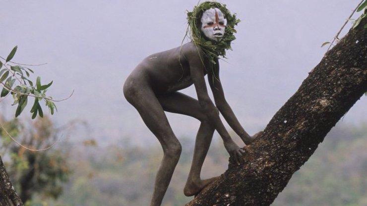 Jsou to ještě lidé? Fascinující fotky bohem zapomenutých dětí z etiopských pralesů