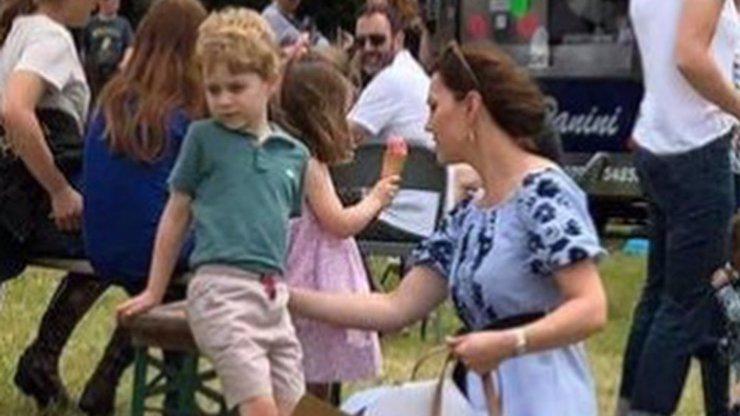 Skromná Kate: Vévodkyně se ukázala na veřejnosti v šatech za pár korun, pořídíte je i v Česku