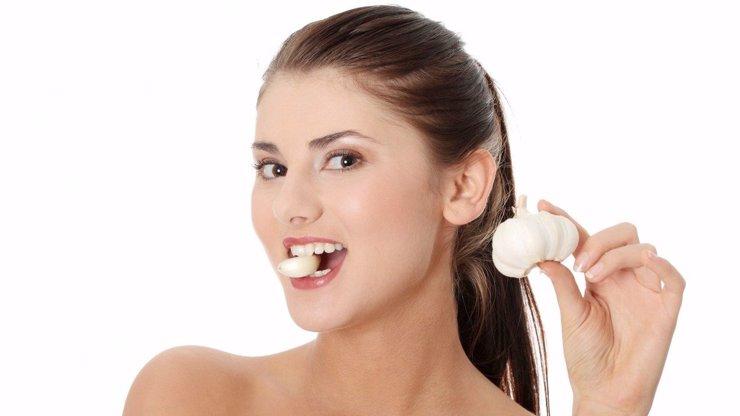 Co se stane, když si strčíte stroužek česneku do ucha?