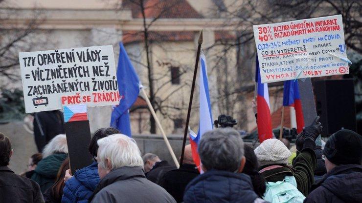 Demonstrace proti covidotyranii: Landa chce otevřít Česko, Klaus odmítl zázračnou vakcínu