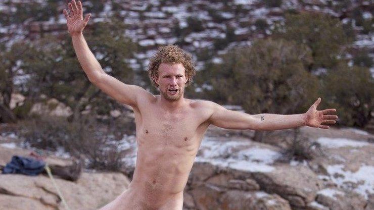 Nahý Američan přešel po laně třicet metrů nad zemí přivázaný za penis
