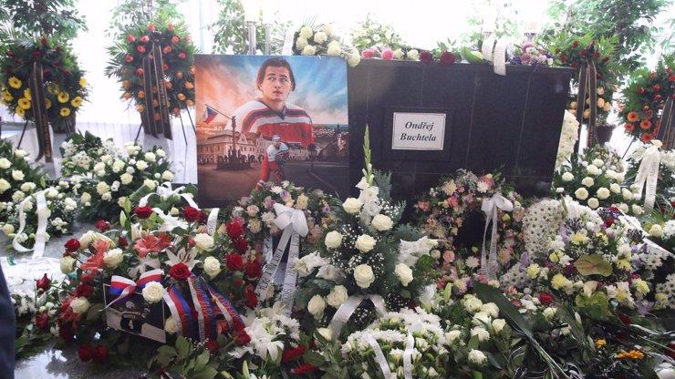 Deset nejdojemnějších momentů z pohřbu Ondřeje Buchtely: Nikdy nezapomeneme na tvůj smích