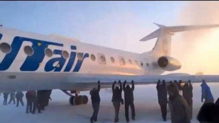 Tohle se může stát jen v Rusku! Pasažéři si museli sami roztlačit letadlo!